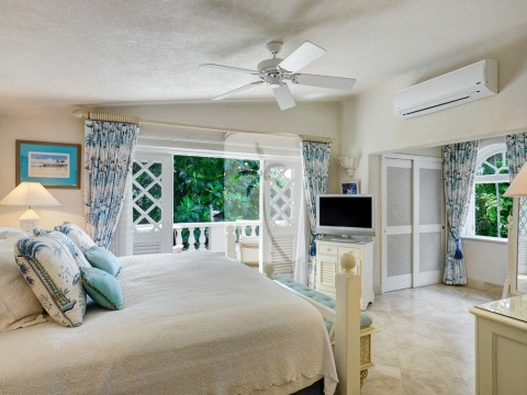 One of the five comfortable and equipped guest bedrooms available at Sandalo